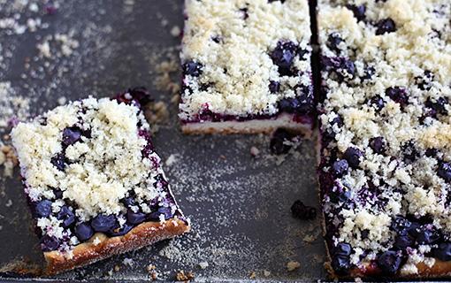 Kynutý borůvkový koláč s drobenkou je národním pokladem.