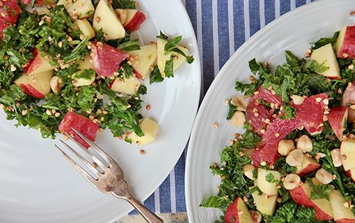 Kadeřávek, jablka a pohanka. Podzimní super zdravý salát s oříškovou chutí