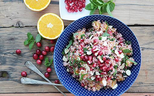 Quinoa je vynikající superpotravinou. Vyzkoušejte salát s pomerančem, granátovým jablkem a brusinkami