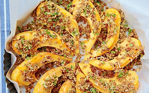Harlekýnová dýně je jednou z roztomilých zimních odrůd. Zapečte ji s citrónově parmazánovou krustou