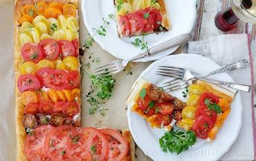 Barevná duha na talíři. Jednoduchý a delikátní rajčatový koláč