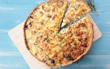 Francie a quishe. Tento slaný koláč je typicky francouzský pokrm.