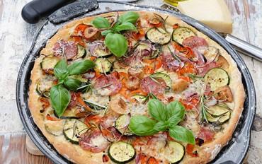 Voňavá, křupavá rozmarýnová pizza. Doma v troubě i na zahradě na grilu.