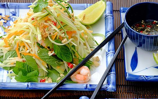 Vietnamský salát ze zelené papáji s krevetkami. Zářivé barvy, pikantní chutě