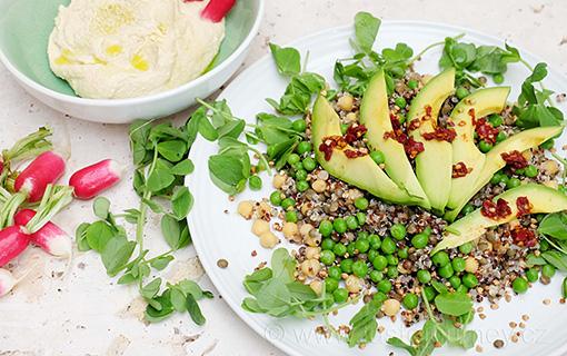 Nové super zdravé saláty. Tentokrát s hráškem i hráškovými lístky a avokádem