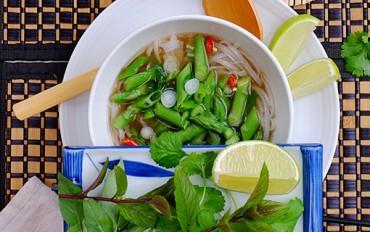 Polévka pho se zeleným chřestem a salátovými cibulkami. Dietní, lehce pikantní letní záležitost