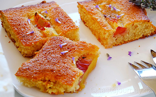 Broskvový hedvábný koláč s levandulí