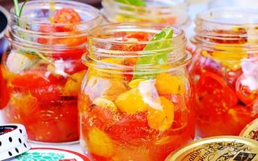 Poučme se od Italů, s rajčaty to umí nejlépe. Zachovejte aroma v marinovaných rajčatech se skořicí a rozmarýnem