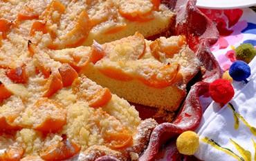 Meruňkový kynutý koláč s mandlovou drobenkou
