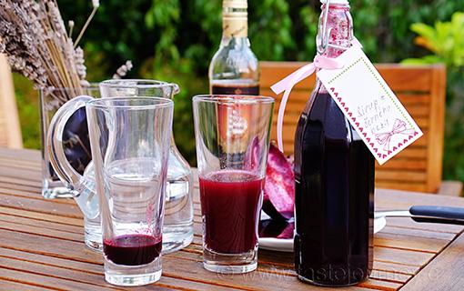 Bezinkový sirup z bobulí s rumem K posílení imunity i k pochutnání.
