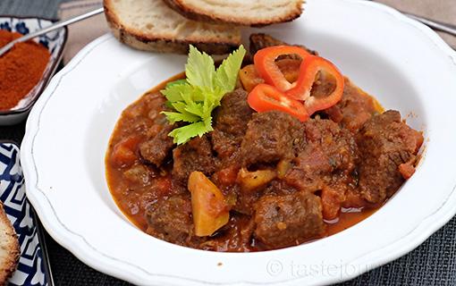 Maďarský guláš místo novoročních diet. Osvědčená klasika pro zimní zahřátí