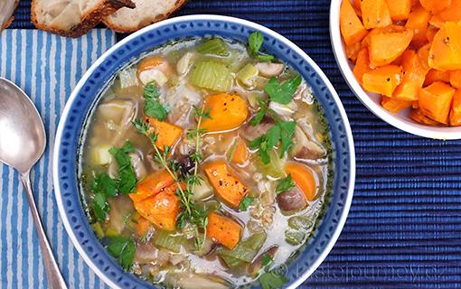Exotické houby v polévce se špaldou. I vegetariáni mají své dny.
