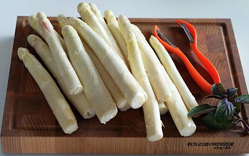Český chřest na bramborovém rösti. Bílá královská zelenina začíná sezónu.