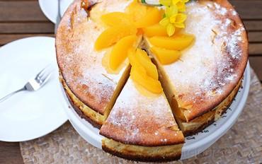 Inspirujte se tvarohovým dortem s broskvemi. Žlutá je barva Velikonoc.