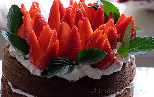 Delikátní dort ze špaldové mouky s jahodami a bazalkovou mátou.