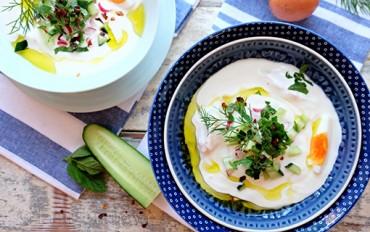 Řecký jogurt je jedním největších vynálezů všech dob. Chladivý a osvěžující v letní polévce.