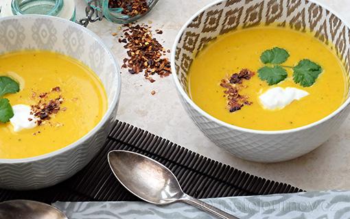 Indická pikantní dýňová polévka s kurkumou a zázvorem. Voňavá dietní a zahřívací záležitost.