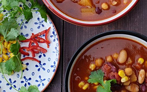 Zahřejte se vegetariánským chilli. S fazolemi, cizrnou a dýní
