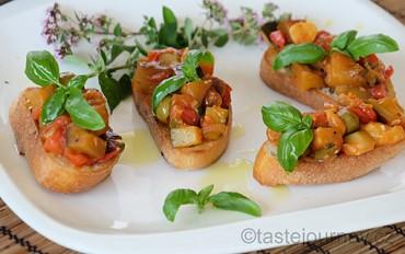 Lilkový předkrm lahodných chutí s cuketou a rajčaty – to je sicilská Caponata!