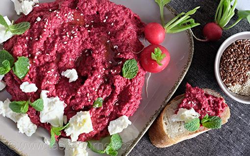 Hummus se zapečenou červenou řepou se sýrem feta a čerstvou mátou překoná vaše očekávání