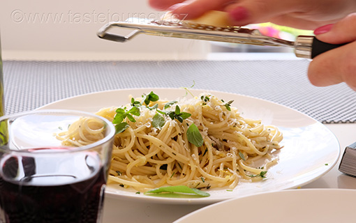 Citrónové spaghetti s pěti bylinkami. Bylinková sezóna právě začala