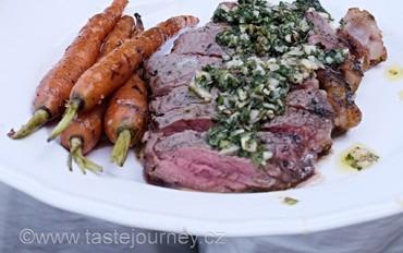 Rozpalte gril. Steak na uhlí s mrkvičkami, omáčkou chimichurri a bylinkami