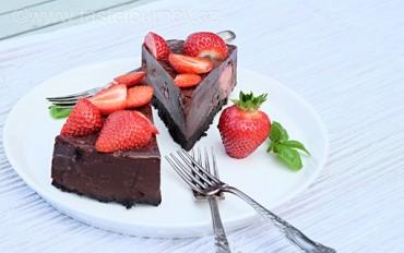 Hříšně čokoládový nepečený dort s jahodami