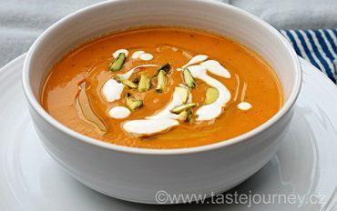 Polévka z pečených paprik a sladkých brambor s jogurtem a pistáciemi. Servírujte zatepla i zastudena