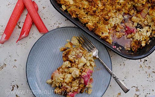 Crumble – vynikající anglický dezert. Bez mouky a s růžovou rychlenou rebarborou