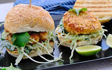 Krevetkový burger vKrálovské hlavě a jak to vlastně je sbritskými jmény hospod
