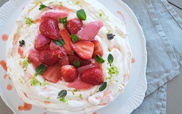 Pavlova srebarborou a jahodami je primabalerínou mezi dorty