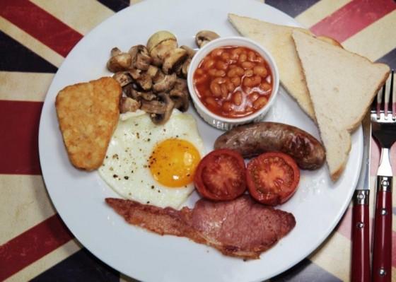 Anglická snídaně – v britských hospodách podávají i k večeři
