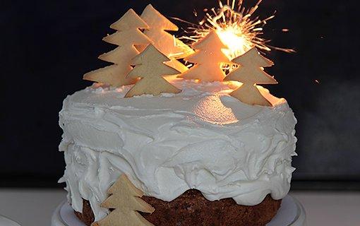 Sváteční sněhově bílý dort s vánoční náladou